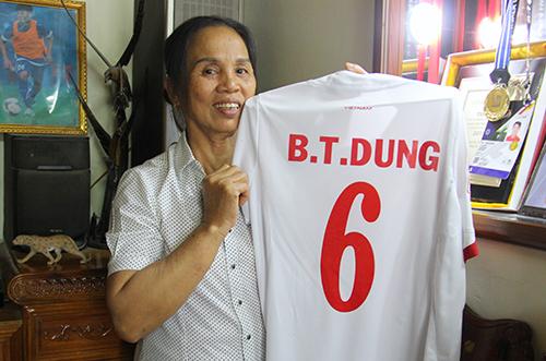 Bà Dương Thị Hường (mẹ trung vệ Bùi Tiến Dũng) dự định sẽ sang Trung Quốc cổ vũ con trai. Ảnh: Đức Hùng