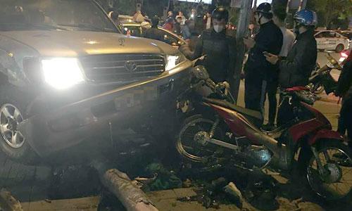 Ôtô 7 chỗ tông hàng loạt xe máy ở Hà Nội