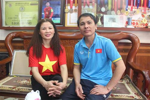 Bố mẹ Quang Hải quyết định ở nhà để đón tiếp người hâm mộ đến cổ vũ cho con traivà đồng đội. Ảnh: Quang Chiến