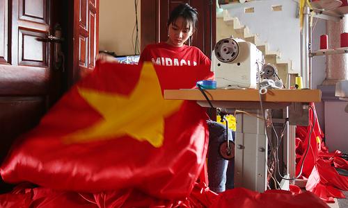 Trắng đêm sản xuất cờ đỏ, băng rôn cổ vũ U23