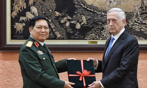 Đại tướng Ngô Xuân Lịch trao kỷ vật chiến tranh cho Bộ trưởng Quốc phòng Mỹ