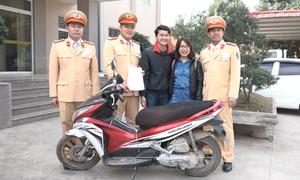 Cặp vợ chồng bất ngờ tìm lại xe máy sau 7 năm bị mất