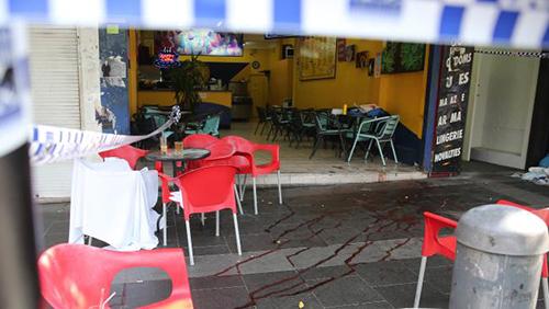 Những vết máu tại quán cafe nơi ông Dinh bị bắn chết. Ảnh: Daily Telegraph