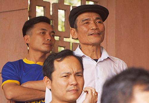 Bố thủ thành Tiến Dũng - ông Bùi Văn Khánh (người đội mũ) hoãnkế hoạch bay sang Trung Quốc dù đã hoàn tất thủ tục. Ảnh:Lam Sơn.