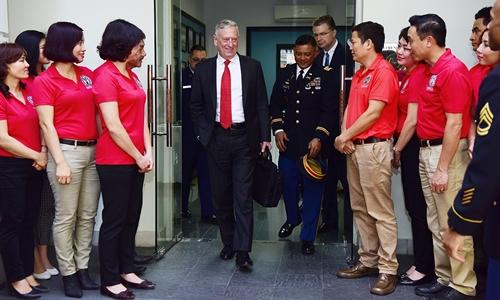 Bộ trưởng Quốc phòng Mỹ Jim Mattis chào hỏi nhân viên tại DPAA. Ảnh: Giang Huy.