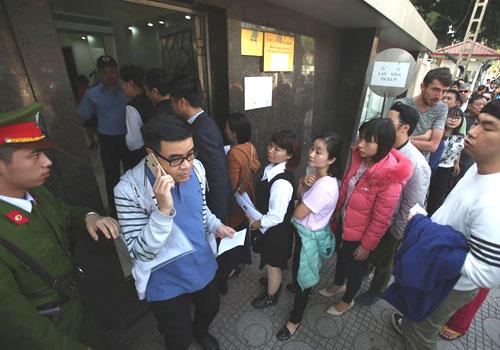 Các cổ động xếp hàng dài xin visa tại Đại sứ quán Trung Quốc. Ảnh: Ngọc Thành.