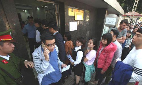 Hàng trăm cổ động viên xếp hàng nhiều giờ để xin visa Trung Quốc