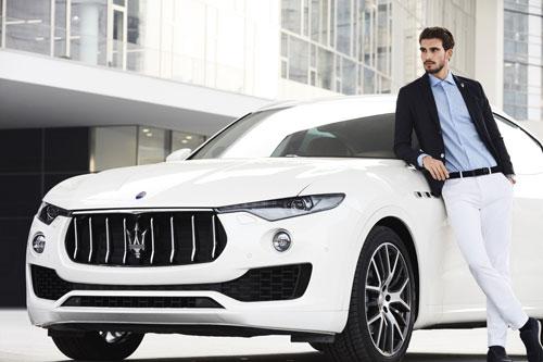 Xe Maserati với thiết kế và logo đặc trưng dễ dàng được nhận biết giữa đám đông.
