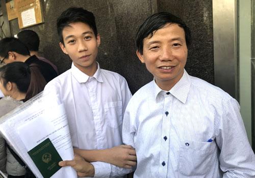 Bố con ông Vũ Trường Giang đang chờ đợi trước cửa ĐSQ Trung Quốc. Ảnh: Đ.Loan