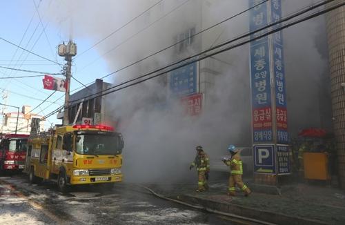 Lính cứu hỏa Hàn Quốc tại hiện trường vụ cháy ở Miryang. Ảnh: AFP.