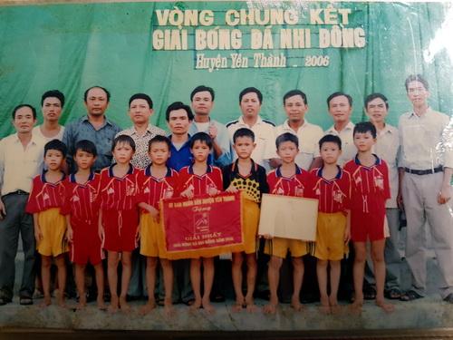 Phan Văn Đức (người cầm bằng khen) tại giải bóng đá nhi đồng huyện Yên Thành năm 2006. Ảnh: Phước Tuấn chụp lại