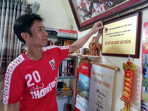 Ông Ưu bên bảng danh hiệu Vua phá lưới của Đức tại giải U21 năm 2017. Ảnh: Phước Tuấn
