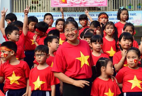 Học sinh trong trang phục áo thun cờ đỏ sao vàng. Ảnh: Tiểu học Nguyễn Văn Trỗi.