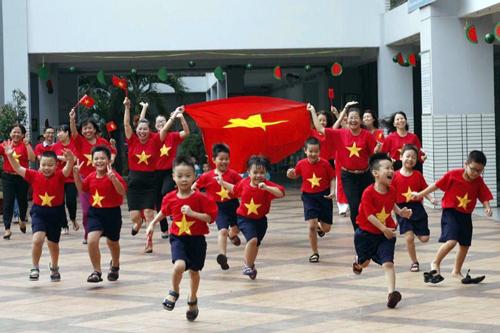 Cô trò trường Tiểu học Nguyễn Văn Trỗi vui mừng sau chiến thắng của U23 Việt Nam trước Qatar chiều23/1.Ảnh: Tiểu học Nguyễn Văn Trỗi.