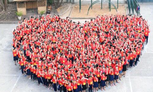 Học sinh tiểu học ở Sài Gòn xếp hình trái tim cổ vũ U23 Việt Nam