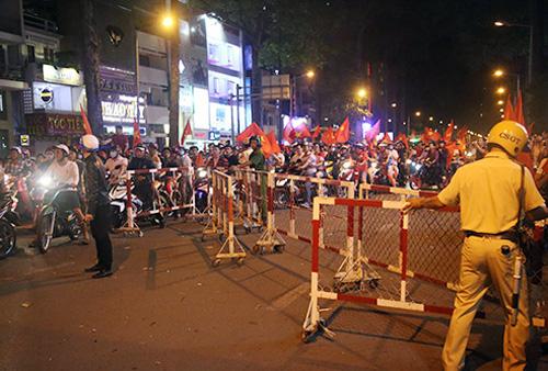 Cảnh sát nắn dòng người và xe, giảm áp lực dồn vào khu trung tâm. Ảnh: Quốc Thắng.