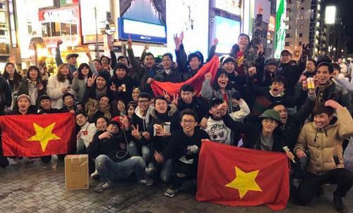 Du học sinh và cộng đồng người Việttại thành phố Osaka (Nhật Bản) ăn mừng chiến thắng của U23 Việt Nam sau trận bán kết. Ảnh: NVCC.