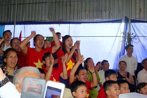 Người dân cổ vũ đội U23 Việt Nam tại nhà trung vệ Bùi Tiến Dũng trong trận bán kết với Qatar. Ảnh: Đức Hùng