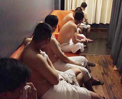 Nhân viên tiệm massage ở quận 10 bị bắt quả tang kích dục cho khách. Ảnh: Công an cung cấp.