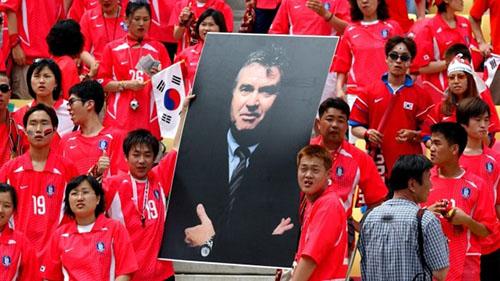 Người hâm mộ Hàn Quốc cầm ảnh huấn luyện viên Guus Hiddink, vị huấn luyện viên người Hà Lan được ca ngợi là người biến ước mơ của dân Hàn Quốc thành hiện thực. Ảnh: Chelsea Football Club.