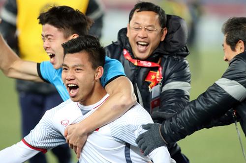 Cầu thủ Văn Thanh ăn mừng cùng đồng đội sau khi giành chiến thắng trước Qatar hôm 23/1. Ảnh: Anh Khoa