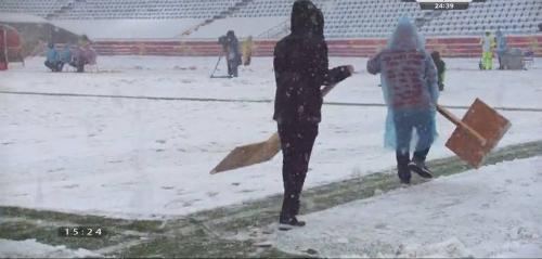 Chủ nhà dọn tuyết bằng công cụ rất thô sơ. Ảnh: Facebook
