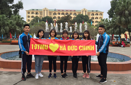Các cổ viên đồng hương với Hà Đức Chinh chuẩn bị băng rôn, cổ vũ cho cầu thủ và đội bóng. Ảnh:T.M