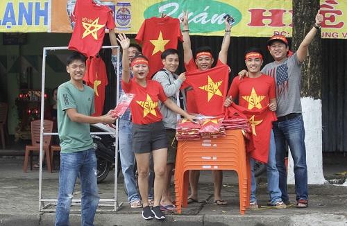 Cổ động viên Quảng Nam sẵn sàng tiếp lửa cho U23 Việt Nam trong trận chung kết. Ảnh: Đắc Thành