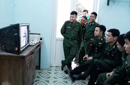 Cán bộ, chiến sĩ Đồn biên phòng cửa khẩu Thanh Thủy (Hà Giang) theo dõi trận chung kết ở địa đầu biên giới. Ảnh: Thu Hòa.