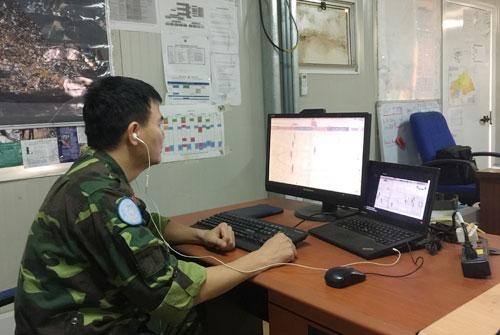 Sĩ quan gìn giữ hòa bình theo dõi trận đấu ở nơi cách Việt Nam hàng nghìn km. Ảnh: P.X.