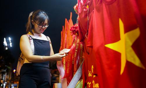 Người Sài Gòn tấp nập đi mua đồ cổ vũ U23 Việt Nam