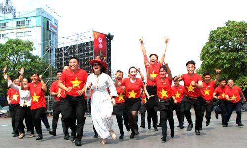 Người Sài Gòn hừng hực khí thế cổ vũ