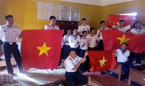 Từ nơi đầu sóng ngọn gió, bộ đội Trường Sa vừa trực sẵn sàng chiến đấu, vừa cổ vũ hết mình cho U23 Việt Nam. Ảnh: Xuân Hoa.