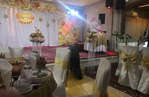 Đám cưới vắng lặng không một bóng người.