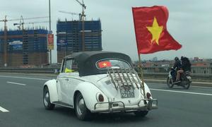 Xe cộ đổ ra đường đón U23 Việt Nam về nước