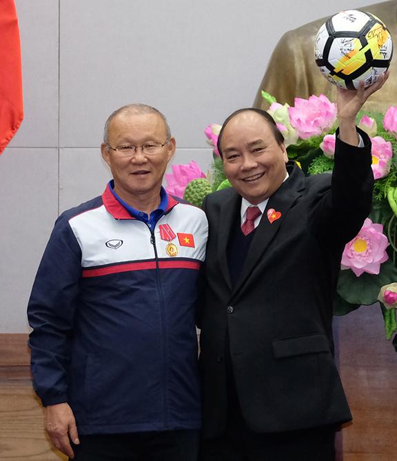 Thủ tướng và huấn luyện viênPark Hang-seo tại cuộc gặp. Ảnh: Giang Huy