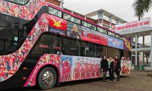 Máy bay hạ cánh muộn, U23 vẫn diễu hành về trung tâm Hà Nội