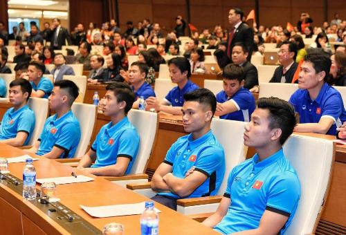 Chủ tịch Quốc hội đón tiếp tuyển thủ U23 tại hội trường Diên Hồng. Ảnh: Giang Huy