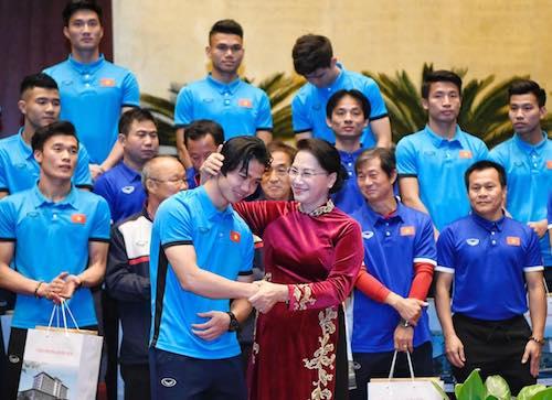 Chủ tịch Quốc hội nói trong chuyến công tác ở biên giới, khi xong việc, bà đã chạy về thật nhanh để xem trận chung kết. Ảnh: Giang Huy