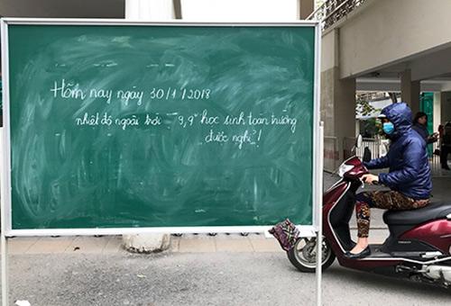 Trường Tiểu học Dịch Vọng A (Cầu Giấy) kê bảng thông báo ngoài cổng. Ảnh: Dương Tâm