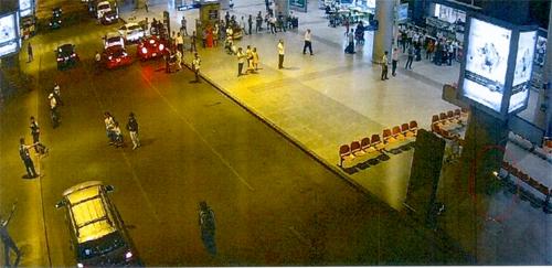 Bom xăng (vùng khoanh vòng tròn đỏ) được đặt sân bay Tân Sơn Nhất ngày 22/4/2017. Ảnh: Bộ Công an