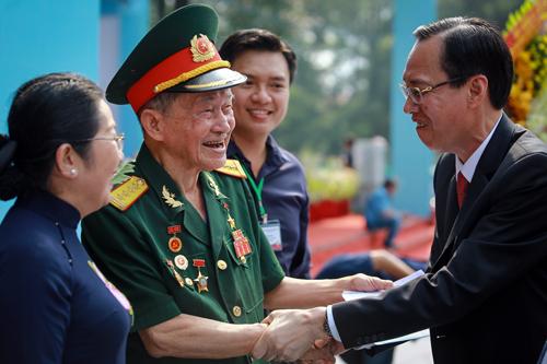 Lãnh đạo TP HCM chào đón Đại tá Nguyễn Văn Tàu (Tư Cang) - nguyên Chính ủy Lữ đoàn 316 đặc công biệt động đến dự lễ. Ảnh: Thành Nguyễn