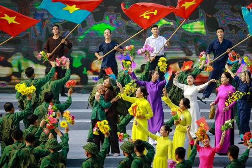 Chương trình sân khấu hóa Bản hùng ca Mậu Thân 1968 với sự tham gia của hàng trăm ca sỹ, nghệ sỹ. Ảnh: Thành Nguyễn