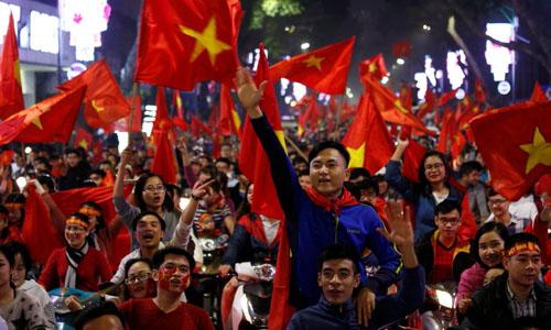 Người hâm mộ Hà Nội đổ xuống đường ăn mừng chiến thắng của tuyển U23 Việt Nam trước Qatar tại trận bán kết. Ảnh: AEF.