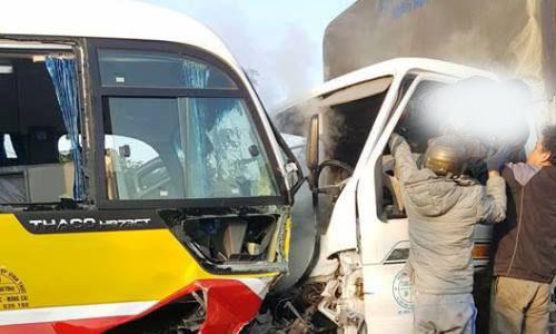 Xe tải đối đầu xe buýt, hai người chết