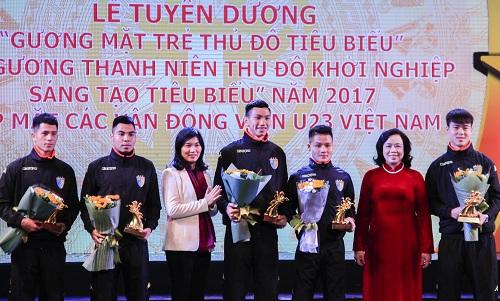 5 cầu thủ U23 Việt Nam từ trái qua phải: Đình Trọng, Đức Huy, Văn Hậu, Quang Hải và Duy Mạnhđược Thành đoàn Hà Nội tuyên dương. Ảnh: Dương Tâm