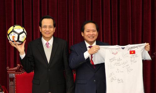 Đấu giá áo và quả bóng đội tuyển U23 tặng Thủ tướng