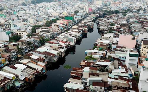 Nhà ven kênh rạch ở TP HCM. Ảnh: Quỳnh Trần