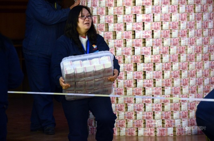 Nhân viên Trung Quốc vác bao tải lĩnh thưởng Tết