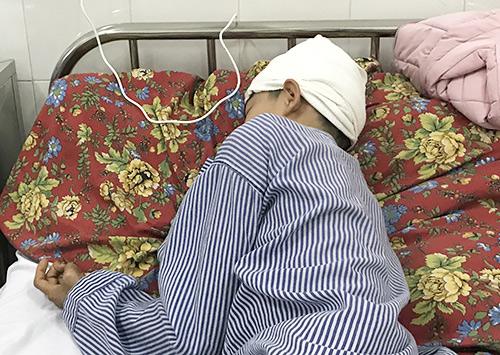 Em Cao Kiên Cường khi đang điều trị ở Bệnh viện Đa khoa Quảng Ninh. Ảnh: Minh Cương